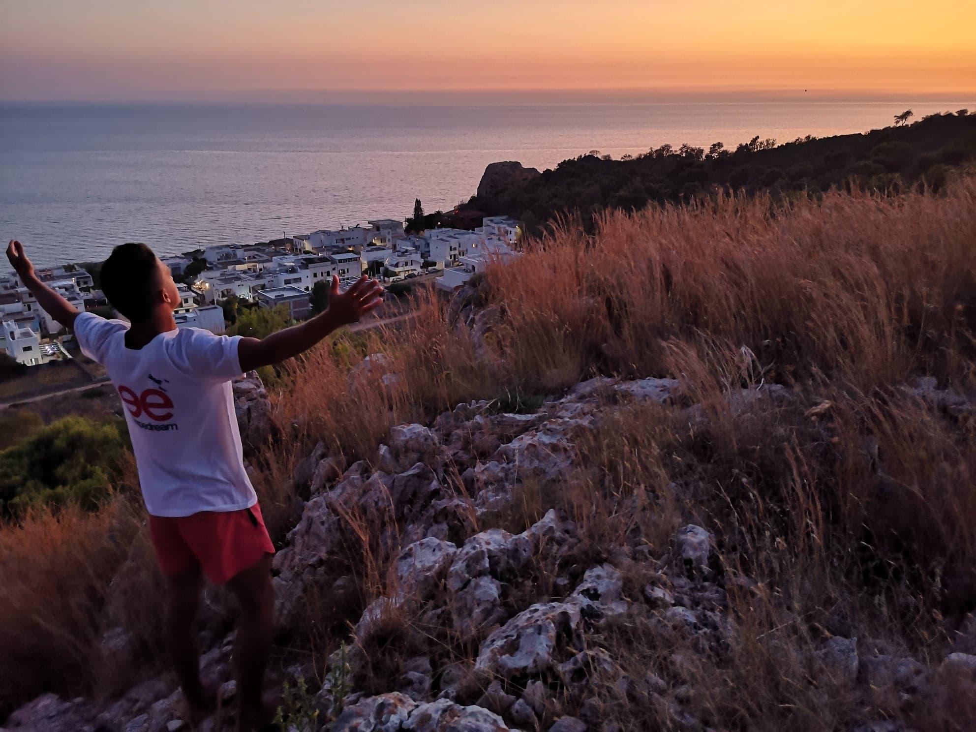 Coucher du soleil magique sur la colline