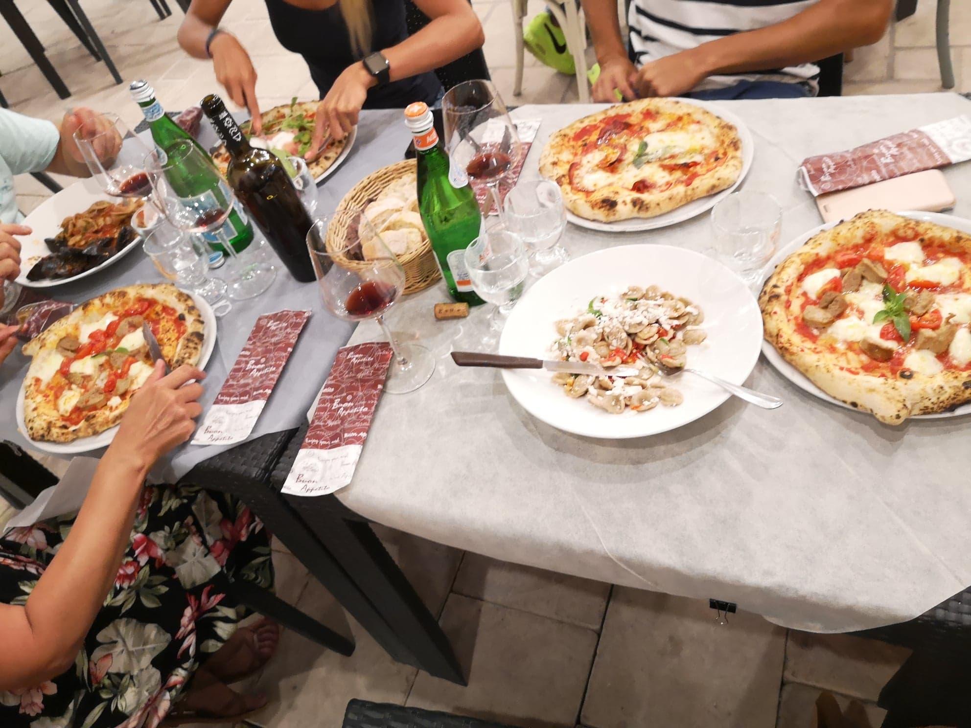 Les pizzas et pastas dans un restaurant à Lecce